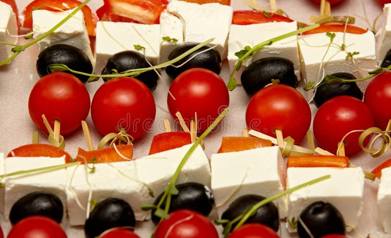 希腊白软干酪、西红柿、橄榄和甜椒在串特写镜头 库存照片