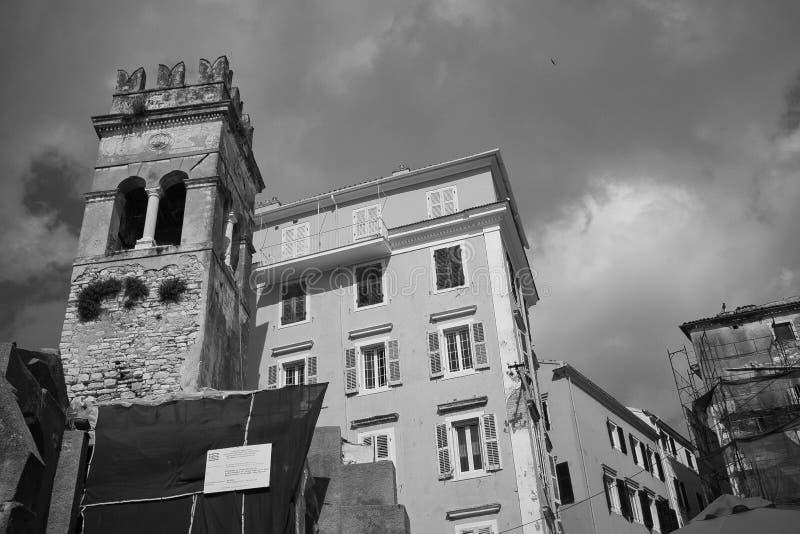 希腊科尔福多阴云下高楼低角黑白照 免版税库存照片