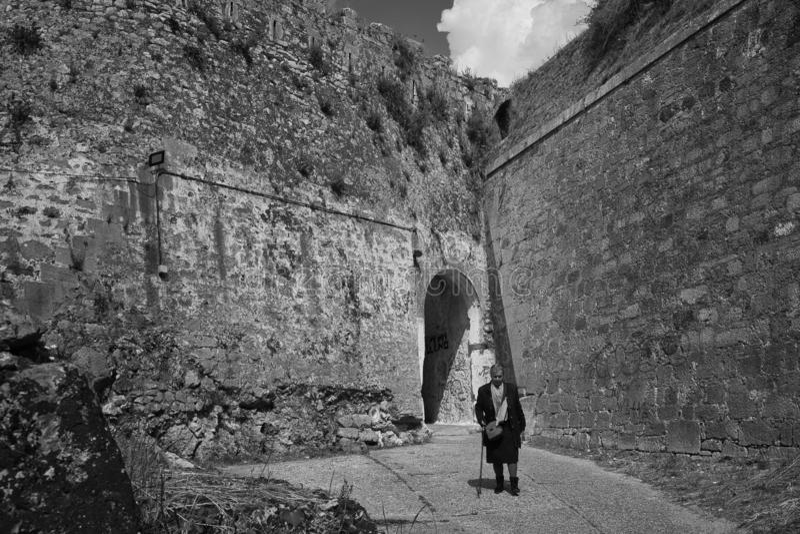 希腊高楼大厦附近孤独女性的灰度照片 库存照片