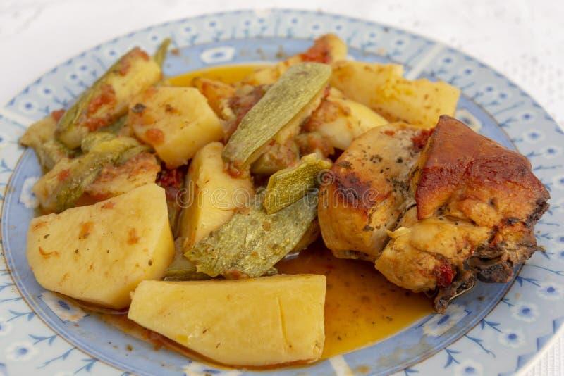 希腊鸡和蔬菜的侧视 图库摄影