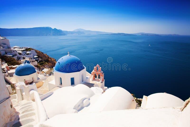 希腊,圣托里尼海岛, Oia镇 蓝色屋顶,白色议院 免版税库存照片