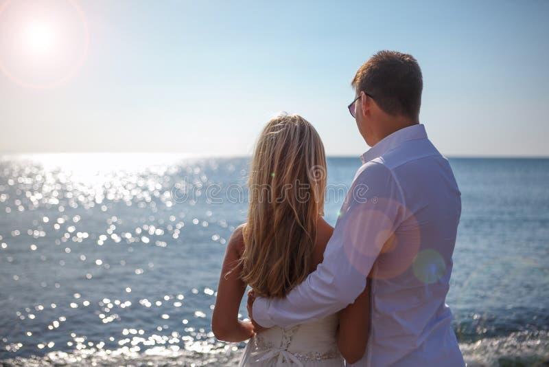 希腊,圣托里尼,Oia 2014年9月17日:享受他们的蜜月月的两三新婚的人在水池的希腊 免版税库存照片