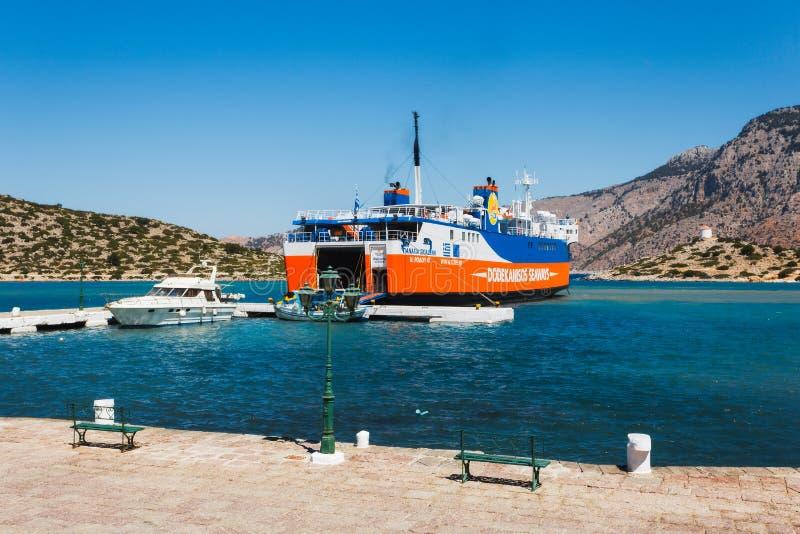 希腊, Panormitis 7月14日:在码头的轮渡在2014年7月14日的港口在Panormitis,希腊 免版税库存图片