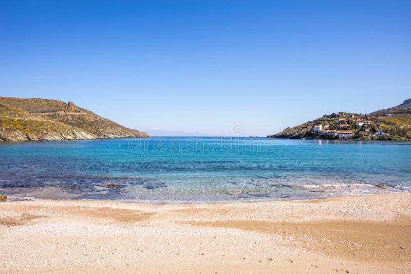 希腊 Kea海岛 天空蔚蓝,风平浪静水,Otzias海滩 图库摄影