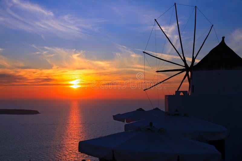 希腊santorini日落风车 库存照片