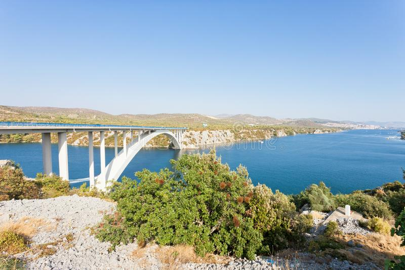 希贝尼克,克罗地亚-在著名Sibenski的休息多数桥梁 免版税库存照片