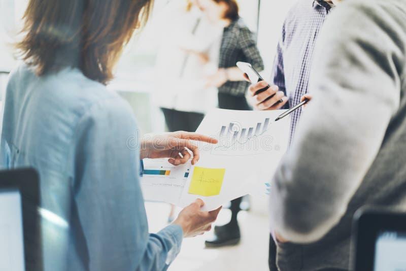 帐户经理讨论 握手的照片文件 生动描述businessmans乘员组与新的起始的项目一起使用 图库摄影