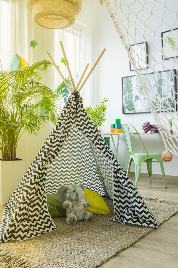 帐篷和吊床在屋子里 库存图片
