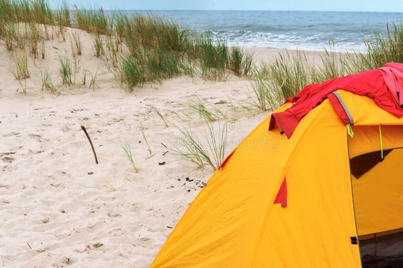 帐篷和火在海滩 免版税库存照片