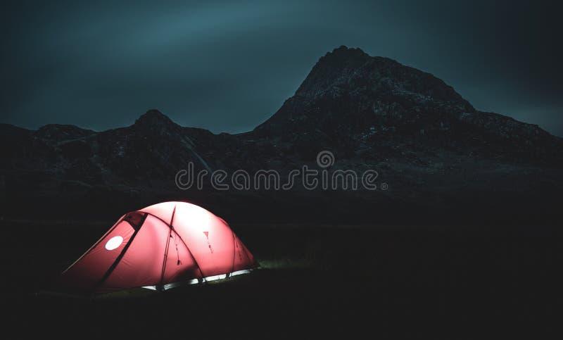 帐篷和Tryfan峰顶在晚上 图库摄影