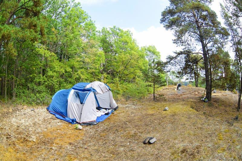 帐篷在森林和绿草里 离自然较近的旅行通过创造临时住处 库存照片