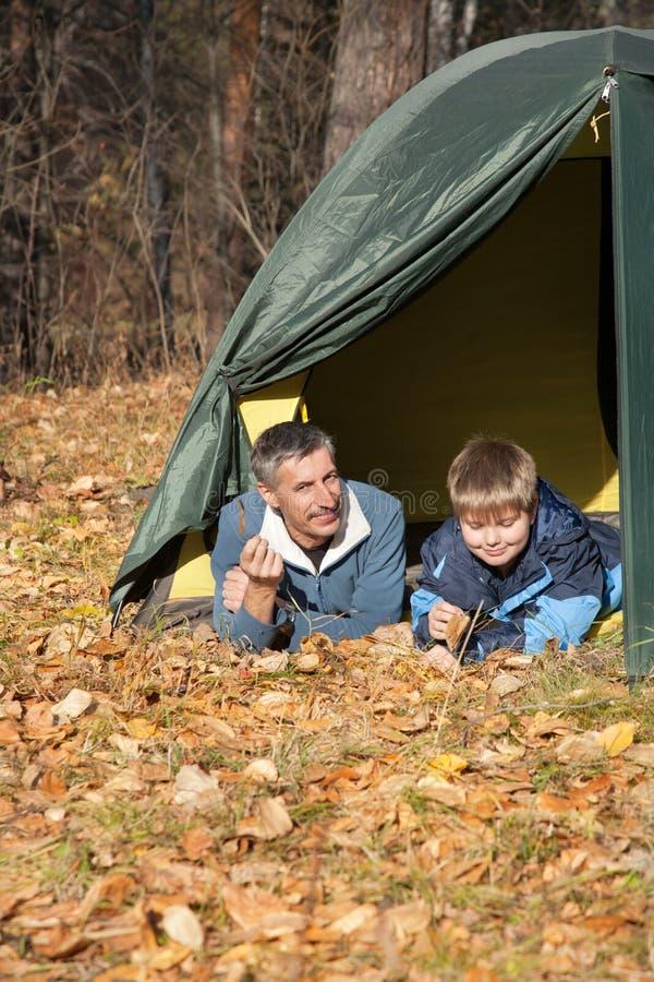 帐篷在秋天森林里 免版税库存照片