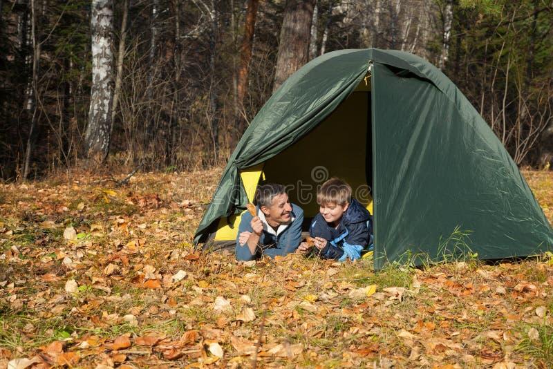 帐篷在秋天森林里 免版税图库摄影