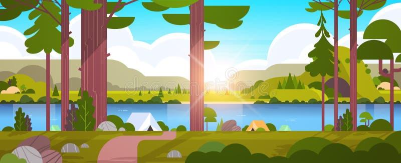帐篷宿营地在森林夏令营概念好日子日出风景与水山的自然背景中和 皇族释放例证