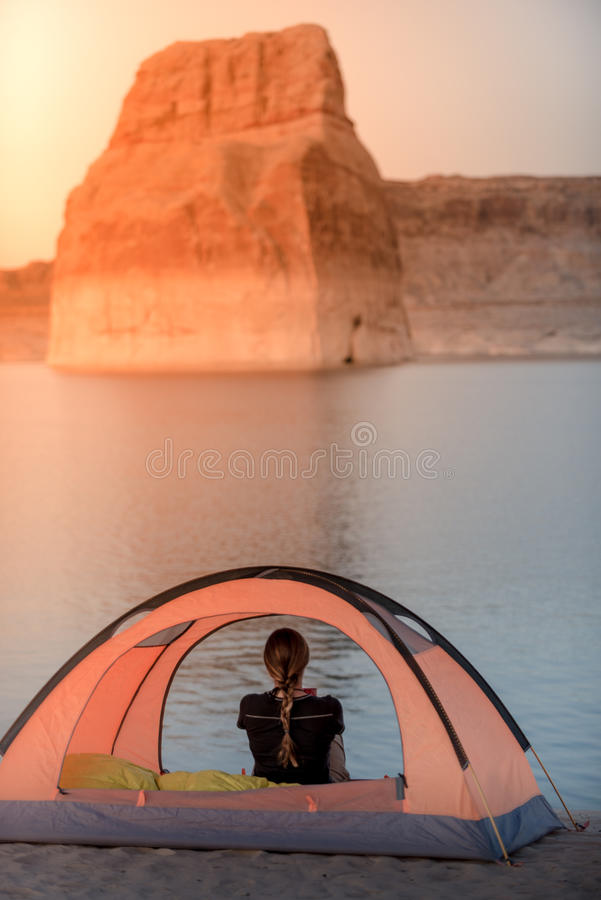 帐篷野营的孤立Rock湖鲍威尔 库存照片