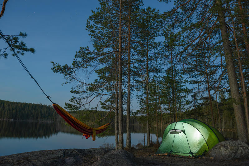 帐篷阵营在森林里 免版税库存照片