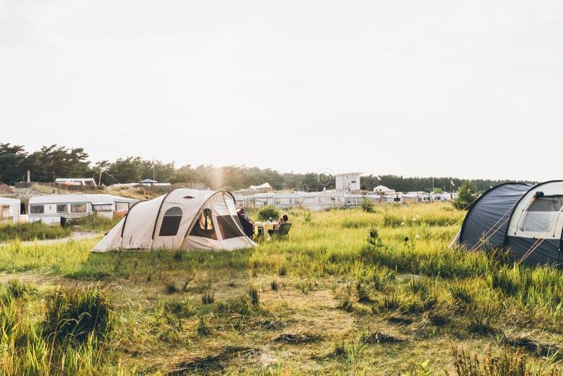 帐篷&有蓬卡车在草甸 免版税库存照片