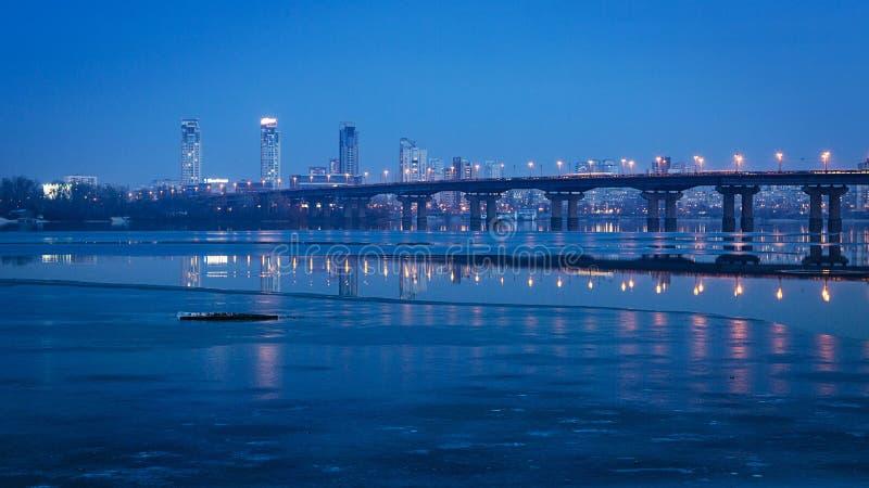 帕东桥梁在晚上,横跨德聂伯级河 基辅,乌克兰 免版税库存照片