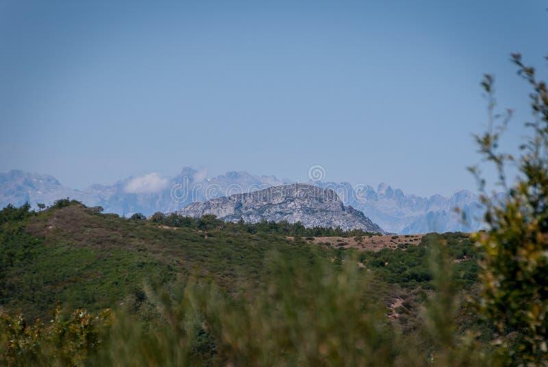 帕伦西亚和欧罗巴山山在背景中 丰特斯Carrionas国立公园  帕伦西亚 图库摄影