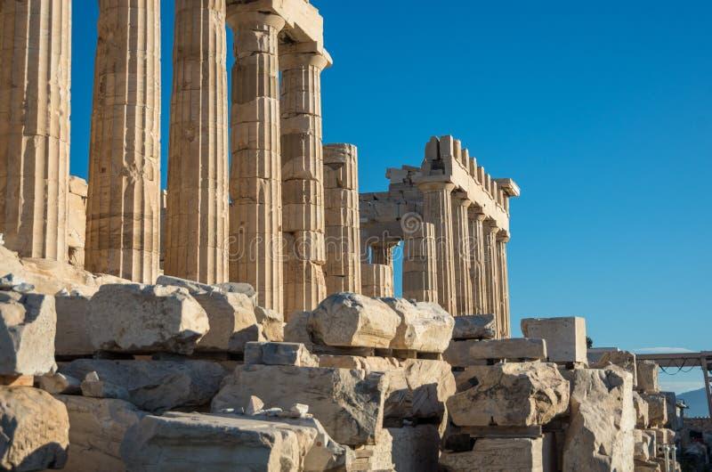 帕台农神庙寺庙在一明亮的天 详细资料 上城在雅典, 免版税库存照片