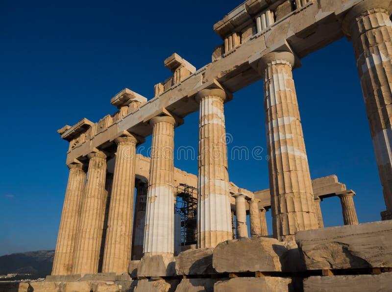 帕台农神庙寺庙的专栏在上城,雅典,日落的希腊的反对天空蔚蓝 图库摄影