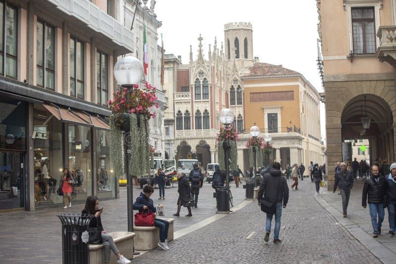 帕多瓦,意大利- 2018年11月9日:拥挤的街在帕多瓦  库存图片