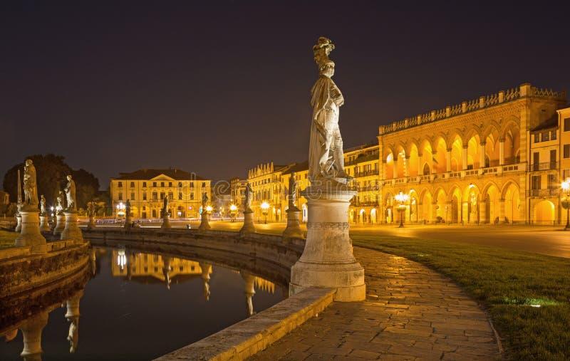 帕多瓦-普拉托della瓦尔在晚上黄昏和威尼斯式宫殿 库存图片