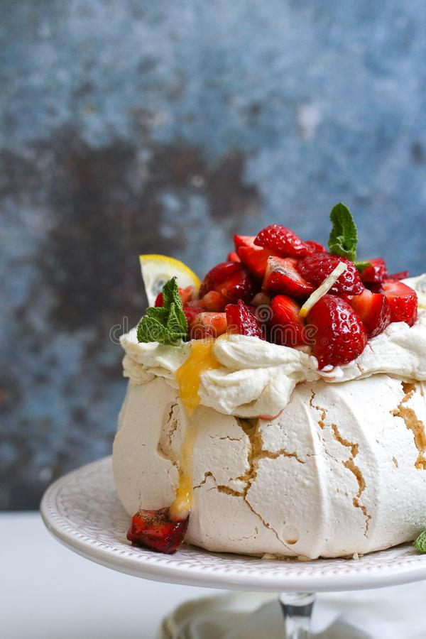 帕夫洛娃-可口嘎吱咬嚼的蛋糕用果子 免版税库存图片