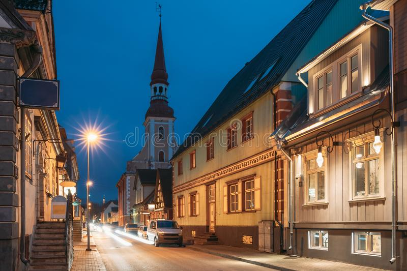 帕尔努,爱沙尼亚 夜间普哈瓦木街,有旧木屋、餐馆、咖啡厅、旅馆和商店 库存图片