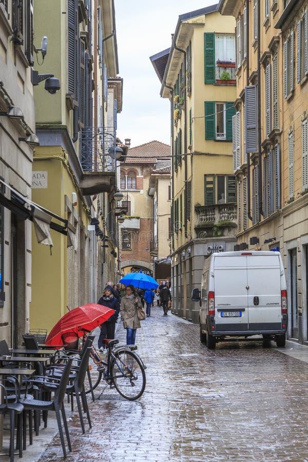 帕尔瓦,意大利- 2018年5月14日:这是其中一条老城市的街道在温暖的春雨下 库存照片