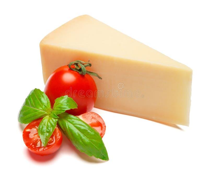 帕尔马干酪和蕃茄片断在白色背景 免版税库存照片