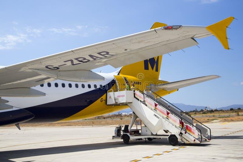 帕尔马机场,马略卡- 2015年8月1日 在国君空中客车A320后方的飞机台阶  免版税库存图片