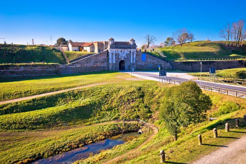 帕尔马诺瓦防御墙壁和石门视图镇  库存图片