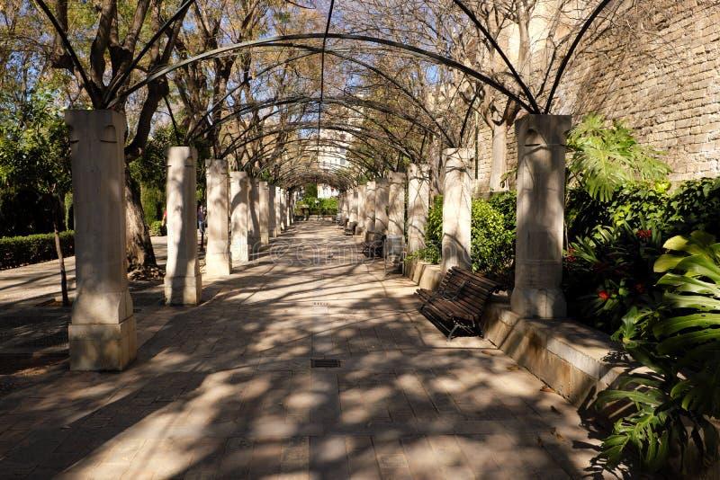 帕尔马马略卡阿尔穆代纳国王王宫庭院曲拱走道段落 免版税库存照片