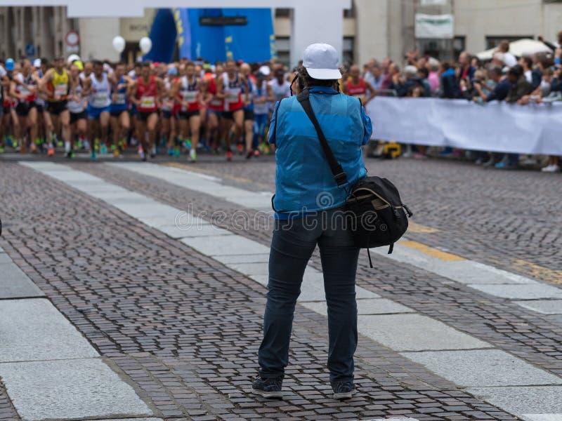 帕尔马,意大利- 2017年9月:体育摄影师射击马拉松运动员准备好种族在直线 库存图片