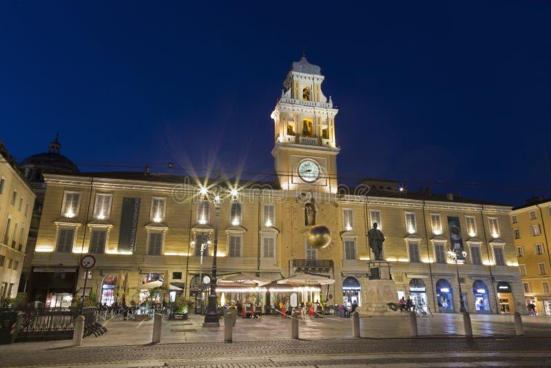 帕尔马,意大利- 2018年4月18日:宫殿Palazzo del Governatore -州长广场的加里波第` s宫殿在黄昏 库存图片