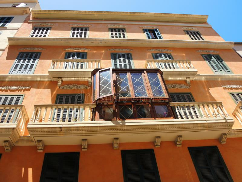 帕尔马,西班牙 大厦和房子的门面的典型的阳台在老市中心 免版税库存照片