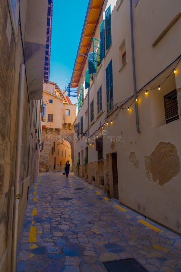 帕尔马,西班牙- 2017年8月18日:走在街道的未认出的妇女在老市帕尔马 库存照片