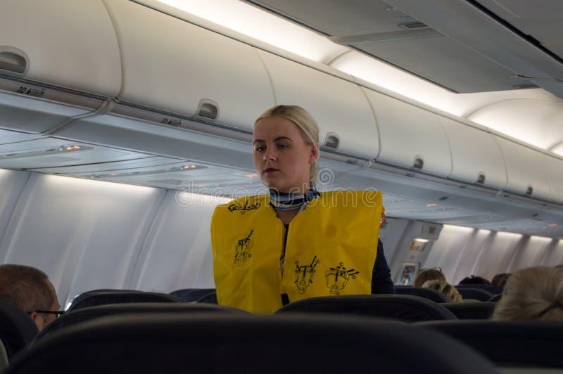 帕尔马,西班牙-阿夫里05日2019年:波音737-800乘客飞机的客舱的空中小姐指示乘客 免版税库存图片
