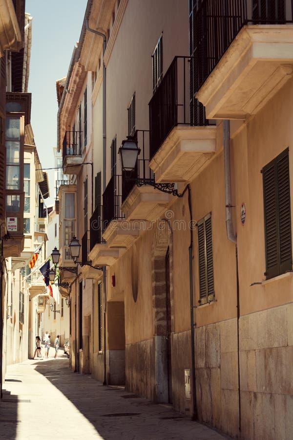 帕尔马,马略卡海岛的资本的狭窄的街道的看法  免版税库存图片