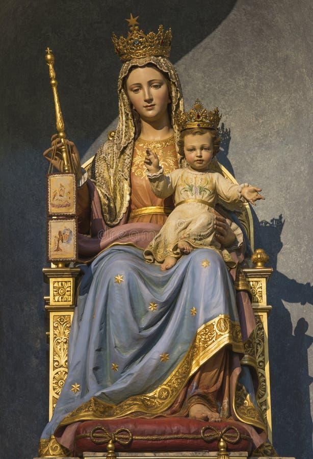 帕尔马-玛丹娜被雕刻的多彩雕象肩衣与孩子在教会基耶萨di圣诞老人特里萨里 库存图片