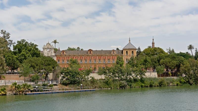 帕拉西奥沿河瓜达尔基维尔河的de圣特尔莫在塞维利亚,Sspain 免版税库存图片