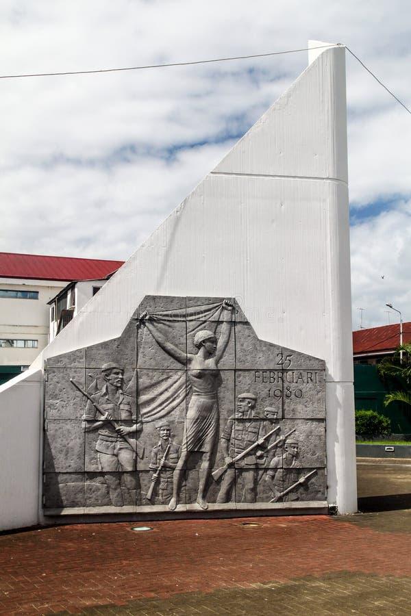 帕拉马里博,苏里南- 2015年8月6日:苏里南突然行动d etat的纪念碑1980年在帕拉马里博,苏里南的首都 库存照片