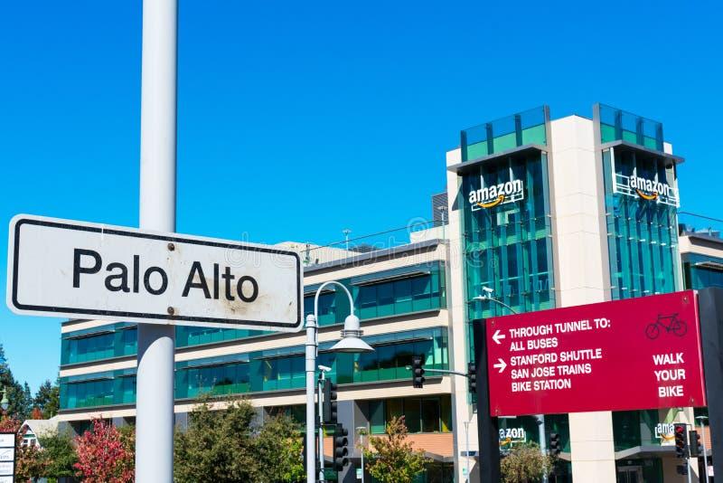帕洛阿尔托卡尔火车站标志 骑车人和行人的方向标志和信息 亚马逊 com电子商务公司 免版税库存图片