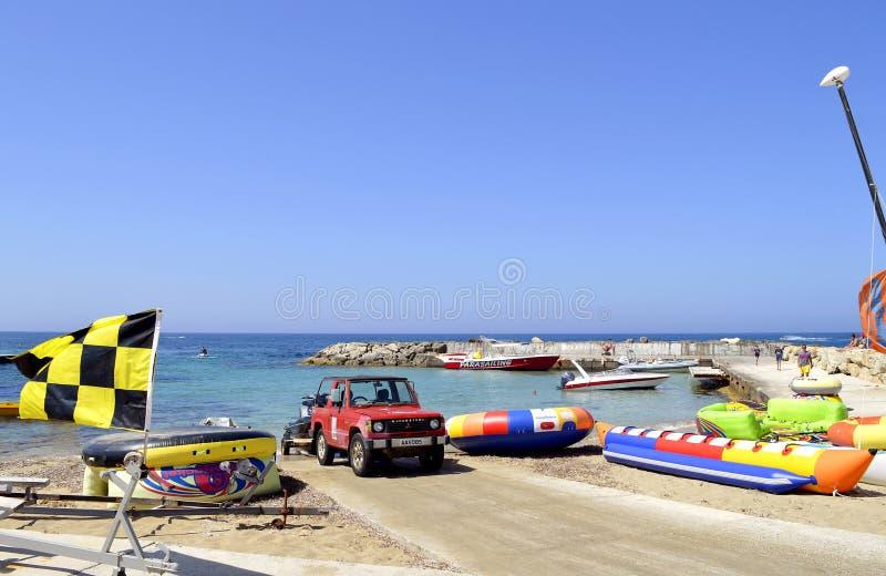 帕福斯海滩inflatables在塞浦路斯 免版税库存图片