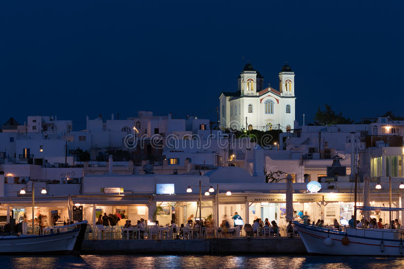 帕罗斯岛,希腊2015年8月8日 Naoussa在希腊风景的帕罗斯岛在晚上 一个美丽和图表希腊海岛 免版税库存照片