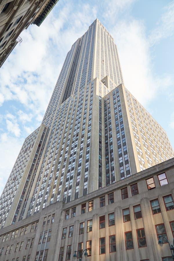 帝国大厦与蓝天的低角度视图在纽约 图库摄影