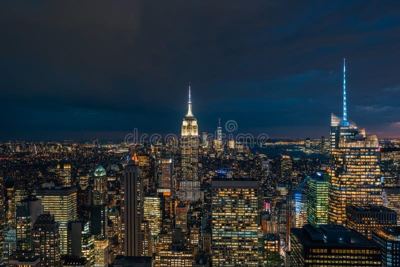 帝国大厦和曼哈顿中城地平线在晚上,在纽约 免版税图库摄影