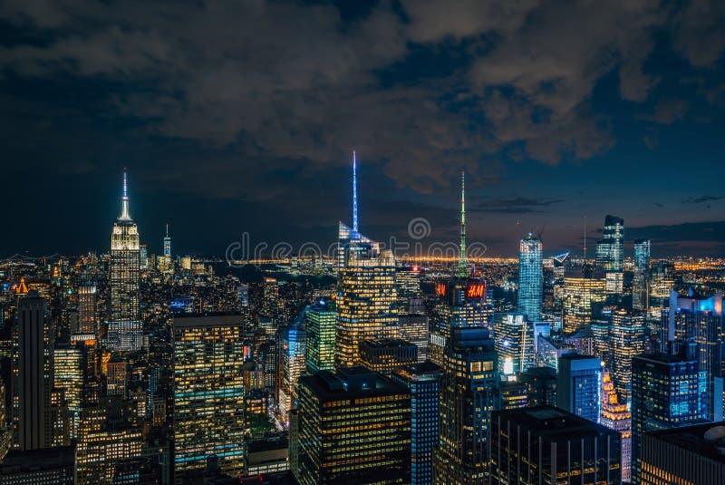 帝国大厦和曼哈顿中城地平线在晚上,在纽约 库存照片