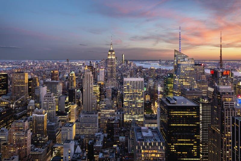 帝国大厦和纽约地平线在蓝色小时 库存照片